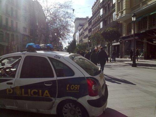 Coche de policía en zona peatonal.